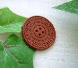 縫いつけが簡単な便利アイテム[Φ30mm]革・ボタン型タグ(チョコ茶)